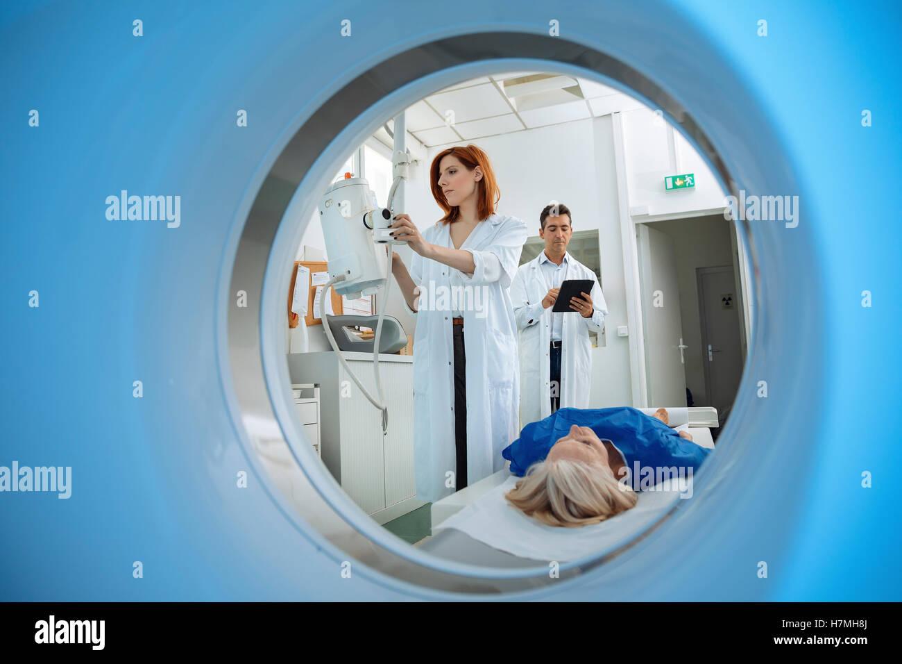 Technicien en radiologie et patient en cours de numérisation et d'un diagnostic sur Photo Stock