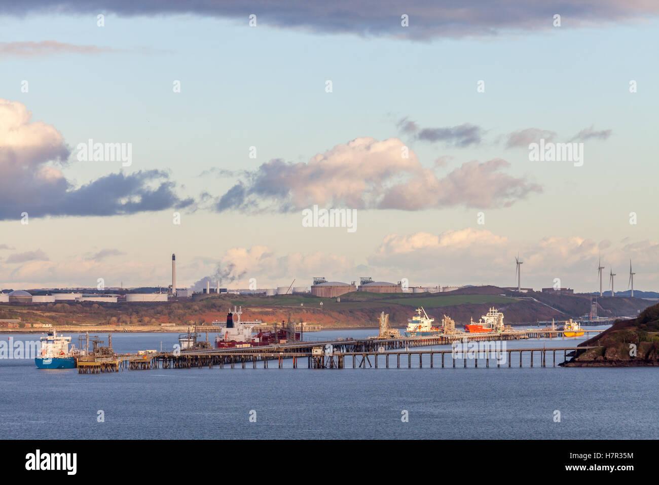 Milford Haven, Pembrokeshire, le pétrole et les terminaux GNL Banque D'Images