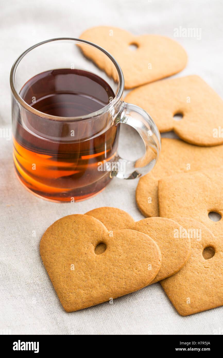 Forme de coeur d'épices et de verre tasse de thé. Photo Stock