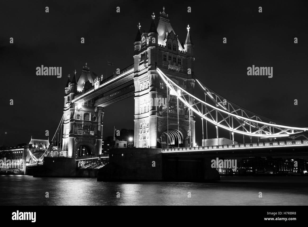 Une longue exposition photographie noir et blanc de Tower Bridge de nuit. Banque D'Images