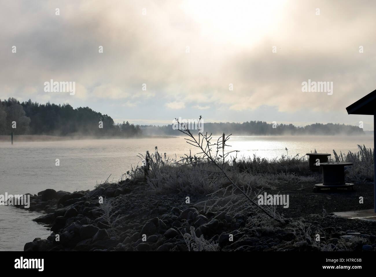 Brouillard de glace s'élève de la mer sur l'archipel de Turku, en Finlande. Banque D'Images