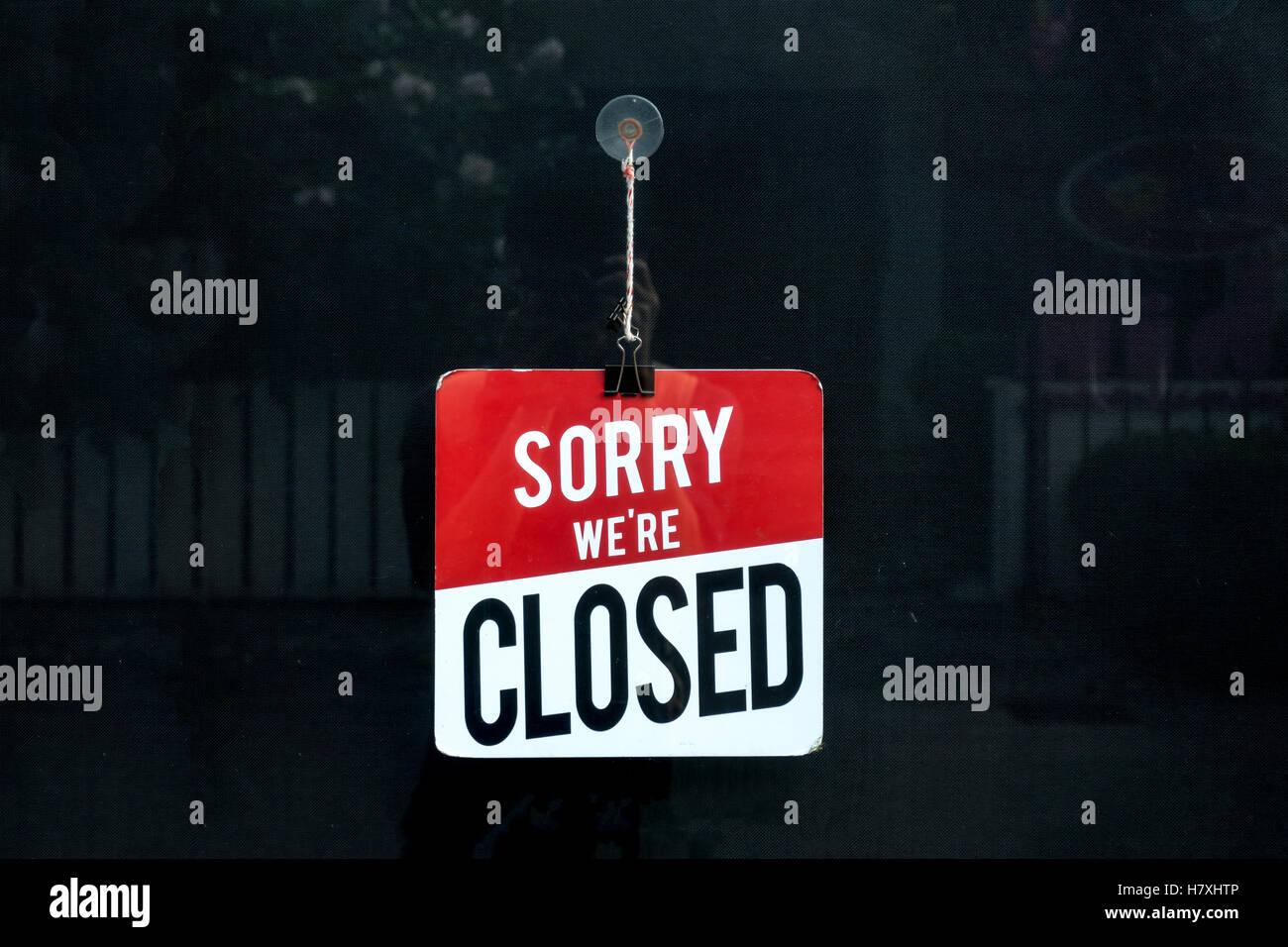Signe clos dans une vitrine désolé nous sommes fermés. Photo Stock
