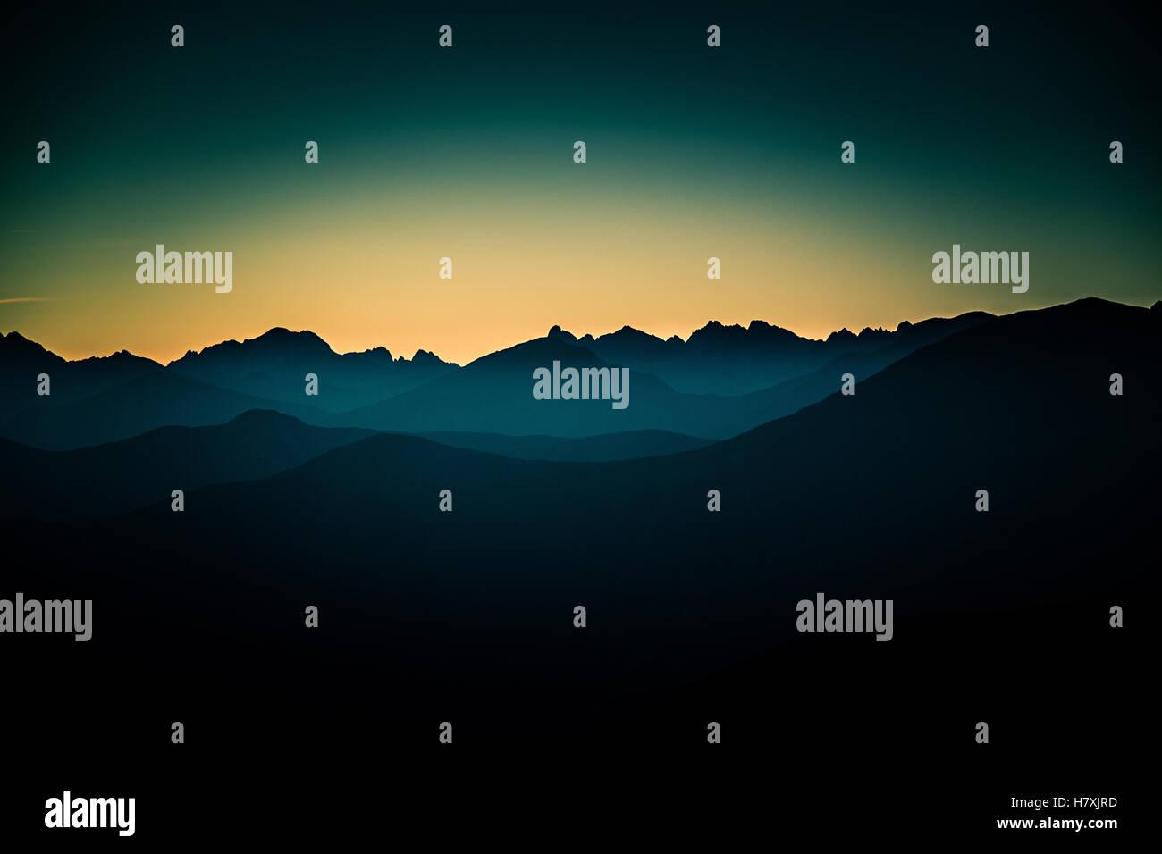 Une belle vue en perspective au-dessus des montagnes avec un gradient Photo Stock