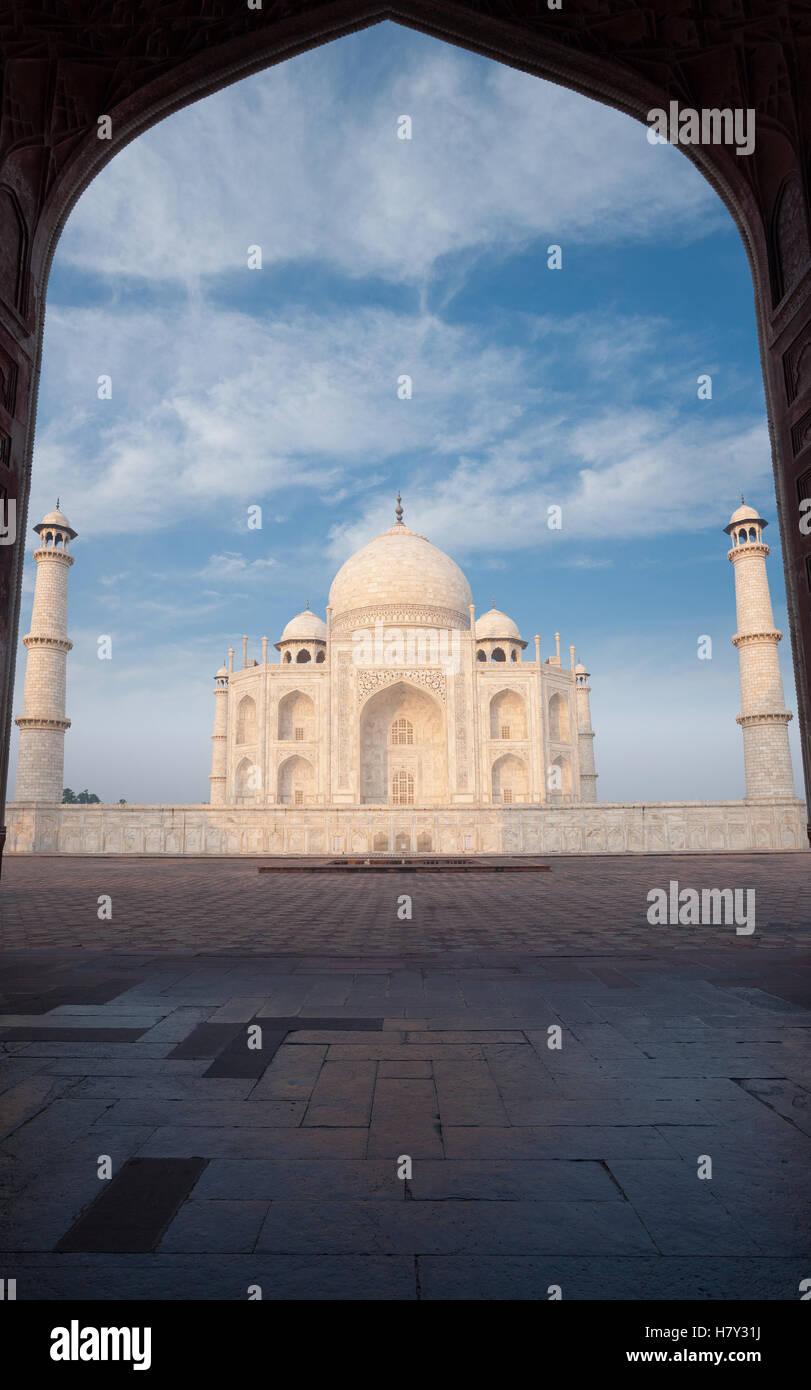Le marbre blanc du Taj Mahal pans par la silhouette d'orient répondre grande porte avec personne présente Photo Stock