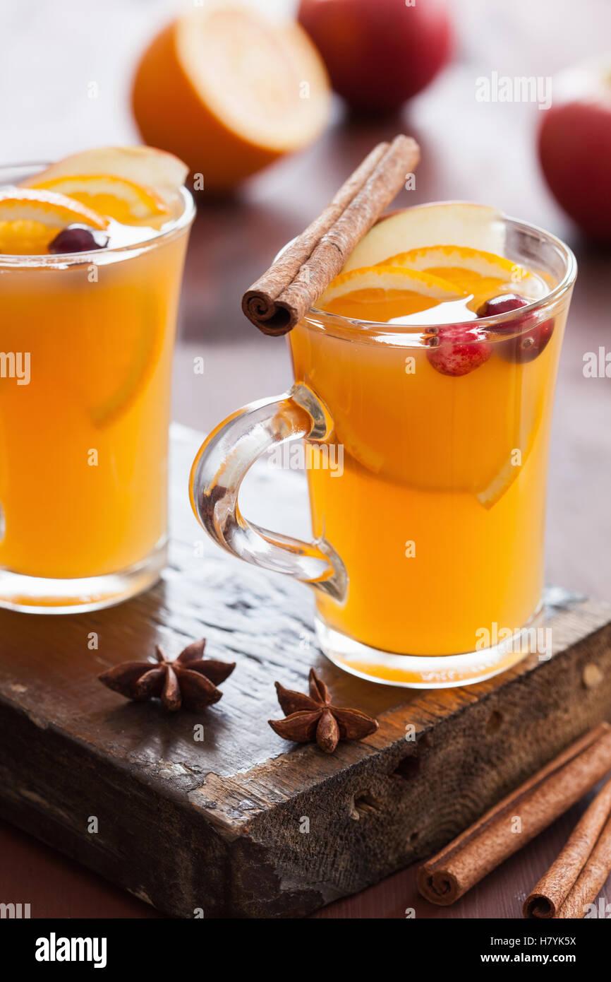 Pomme orange chaud avec du cidre épices cannelle verre Photo Stock