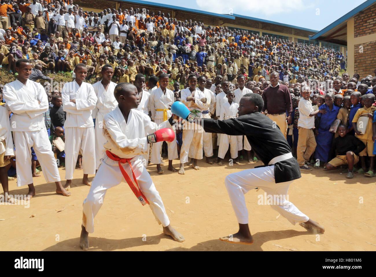 Des spectacles de boxe d'enfants réfugiés du Congo en face de l'école dans le camp de réfugiés Photo Stock