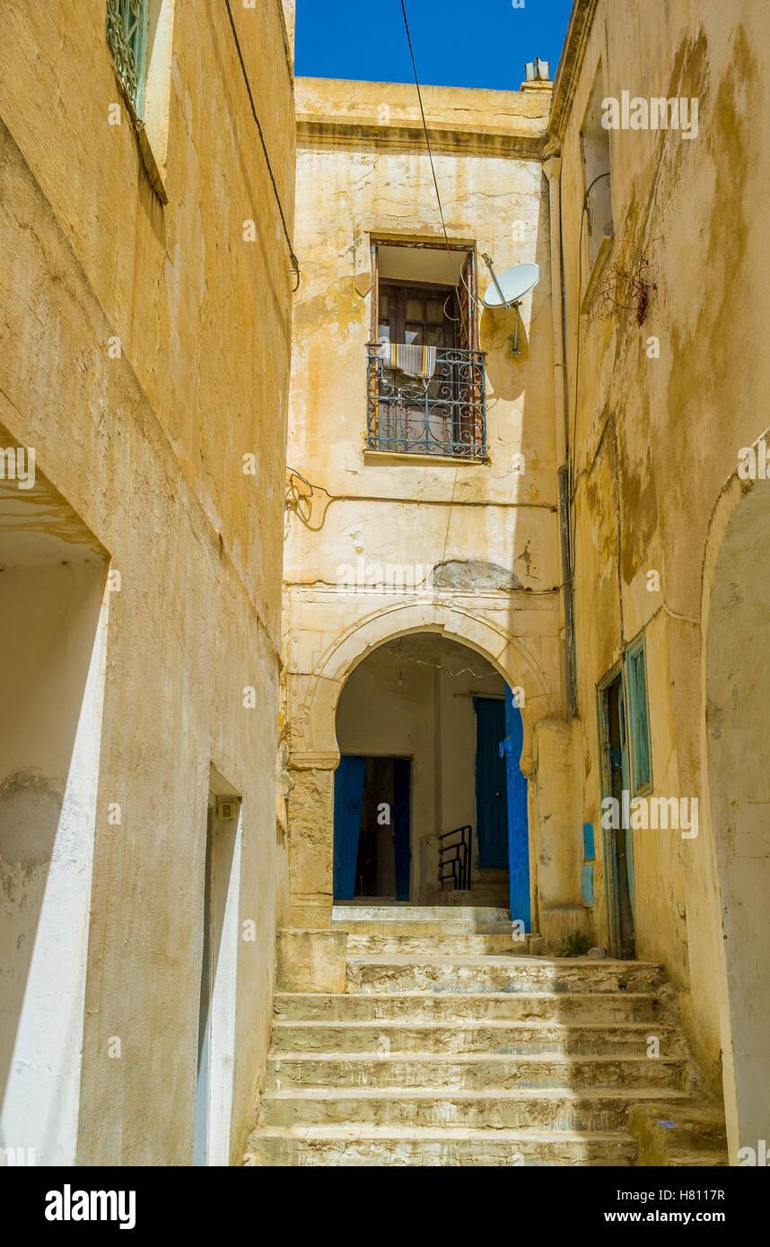 La minuscule lane se termine avec l'escalier à l'ancienne maison, Le Kef, Tunisie. Photo Stock