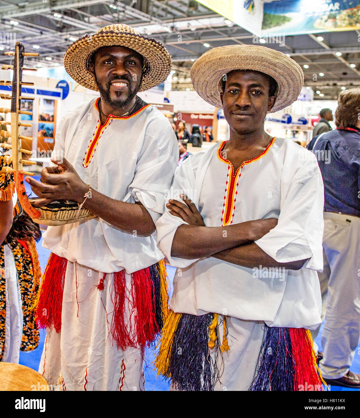 Les hommes en vêtements traditionnels Costa Rica World Travel Market de Londres UK Photo Stock