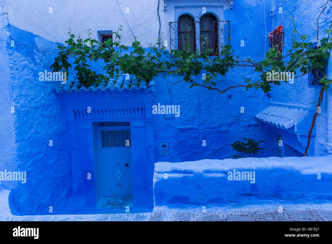 Chefchaouen, Maroc,architecture des bâtiments limewashed indigo Photo Stock
