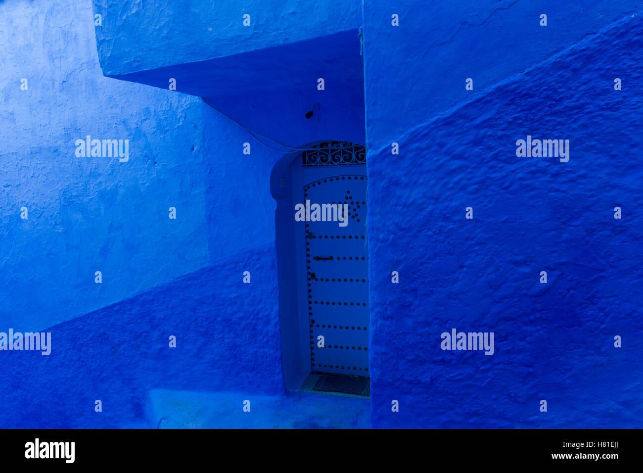 Chefchaouen, Maroc,architecture des bâtiments limewashed indigo, porte en bleu Photo Stock