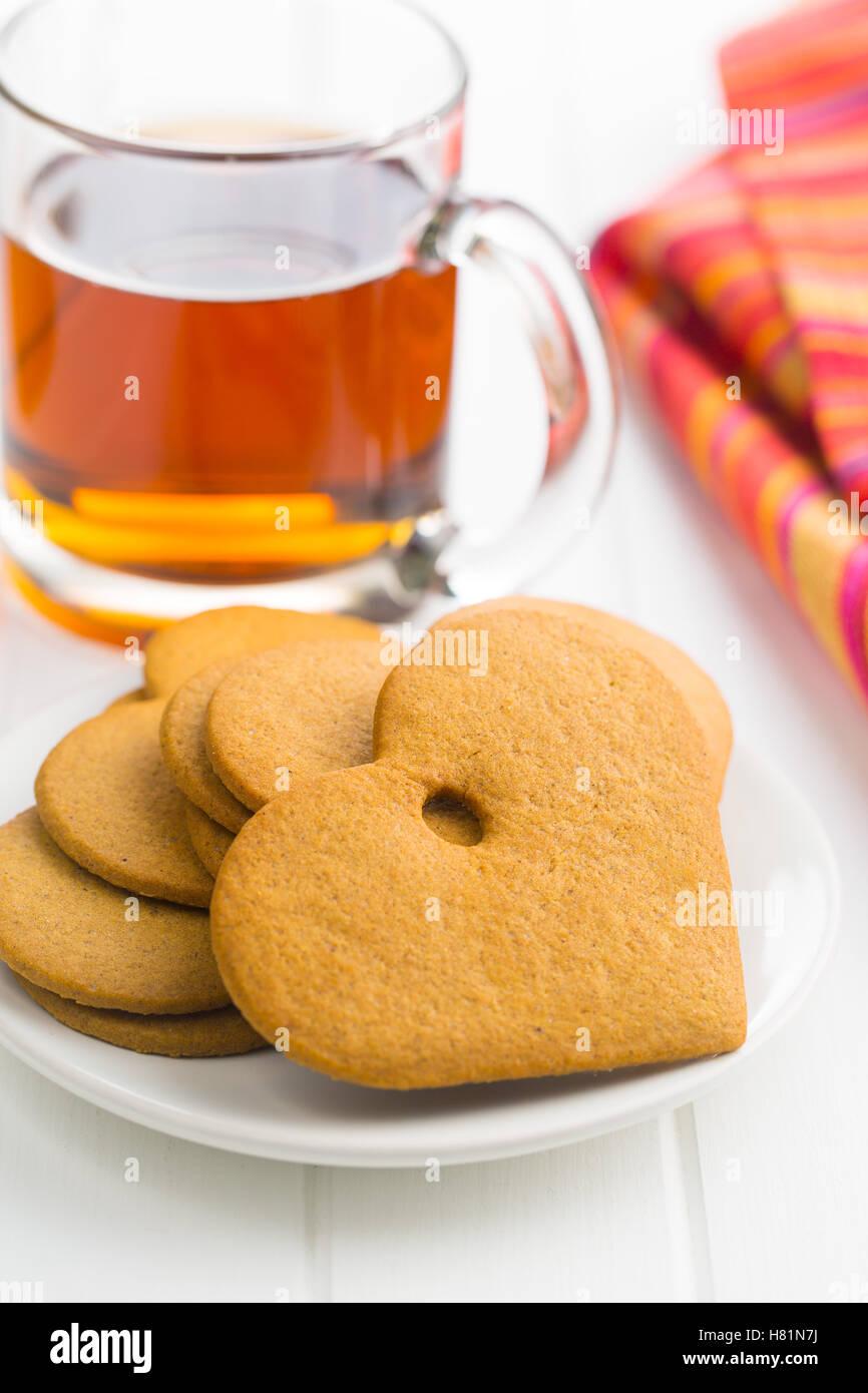 Coeurs d'épice et une tasse de thé sur le tableau blanc. Photo Stock