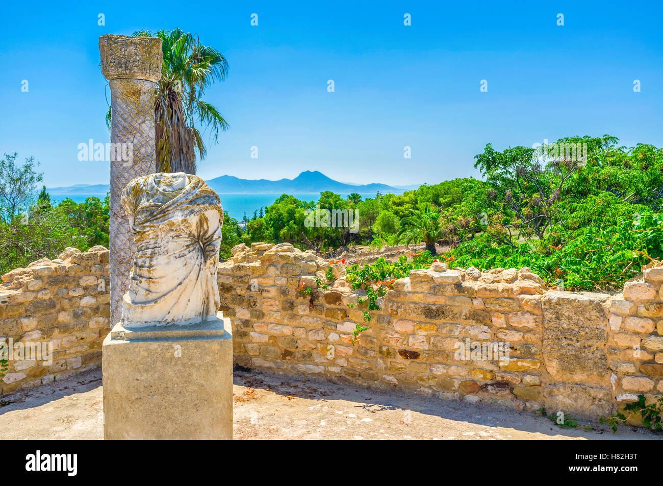 L'agréable promenade parmi les vestiges romains sur la colline pittoresque de Carthage, Tunisie. Photo Stock