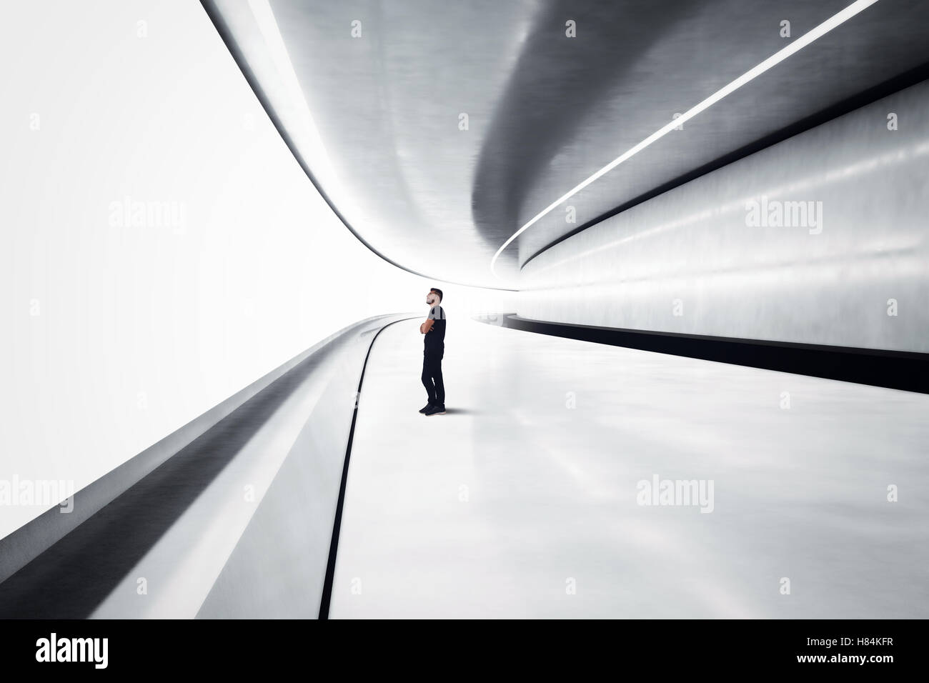 Homme dans un tunnel futuriste Photo Stock