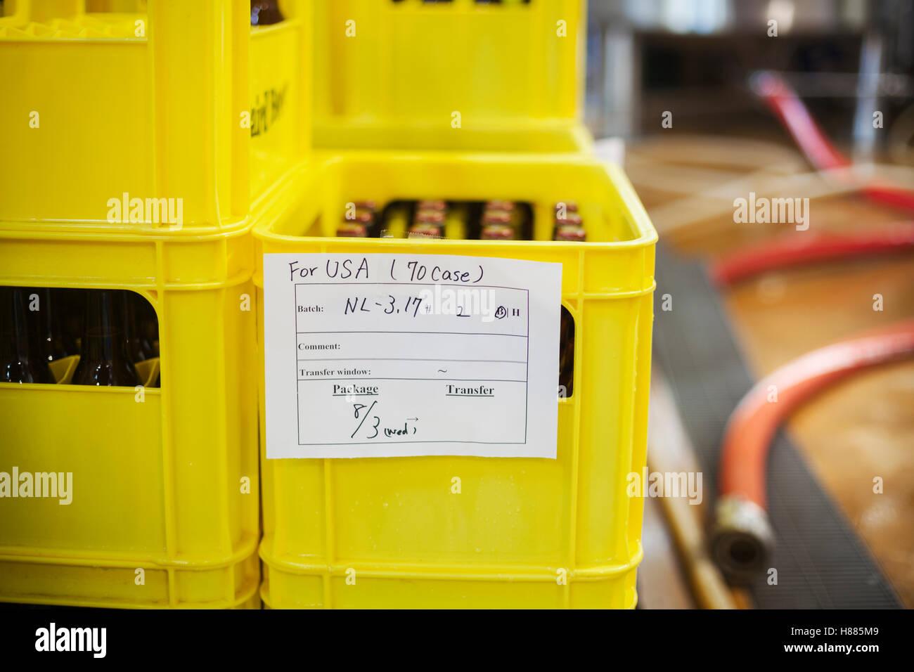 gros plan dune caisse en plastique jaune avec les bouteilles de bire une tiquette manuscrite - Caisse Biere Plastique