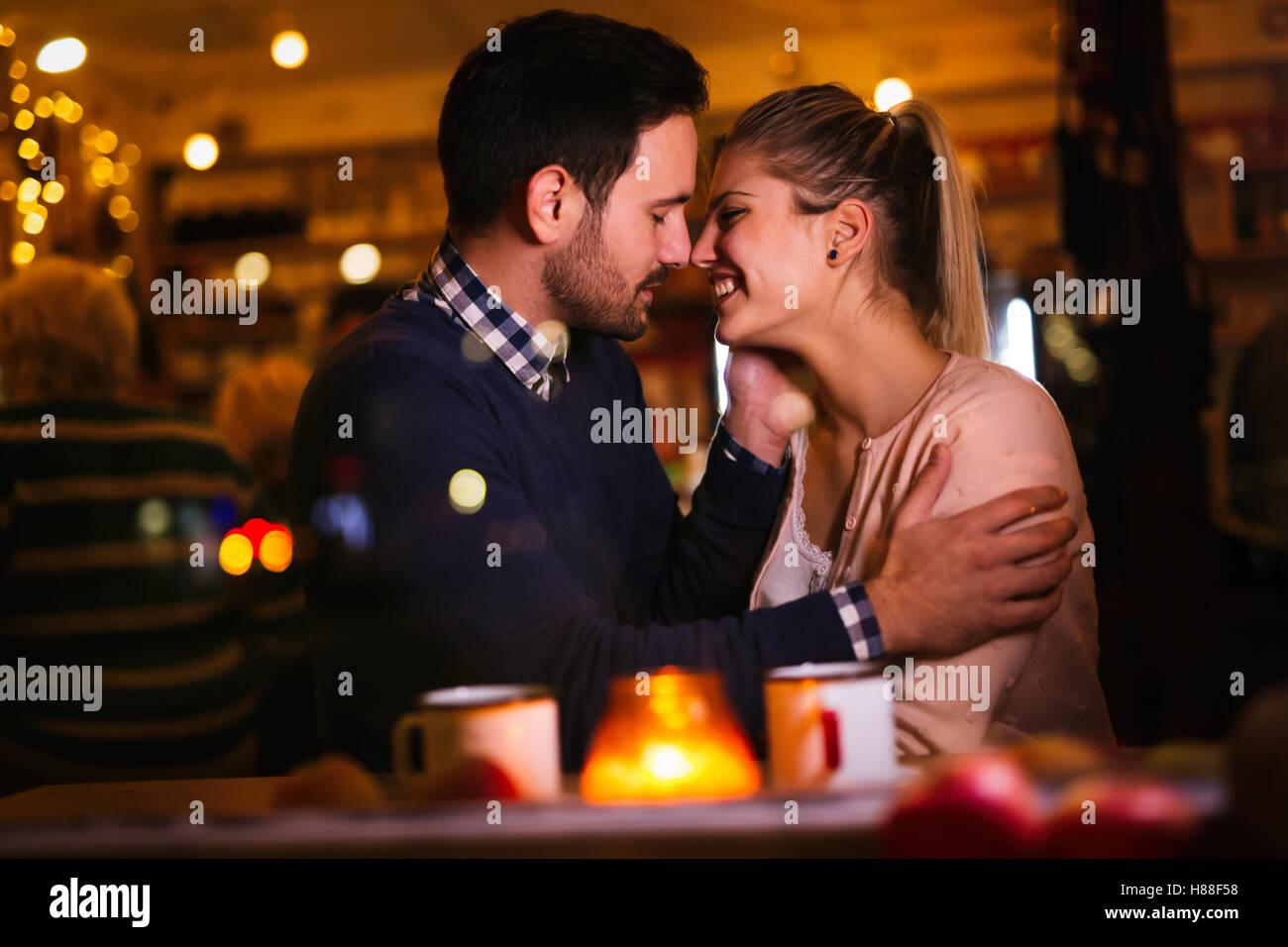 En couple romantique à valentines nuit en pub Photo Stock