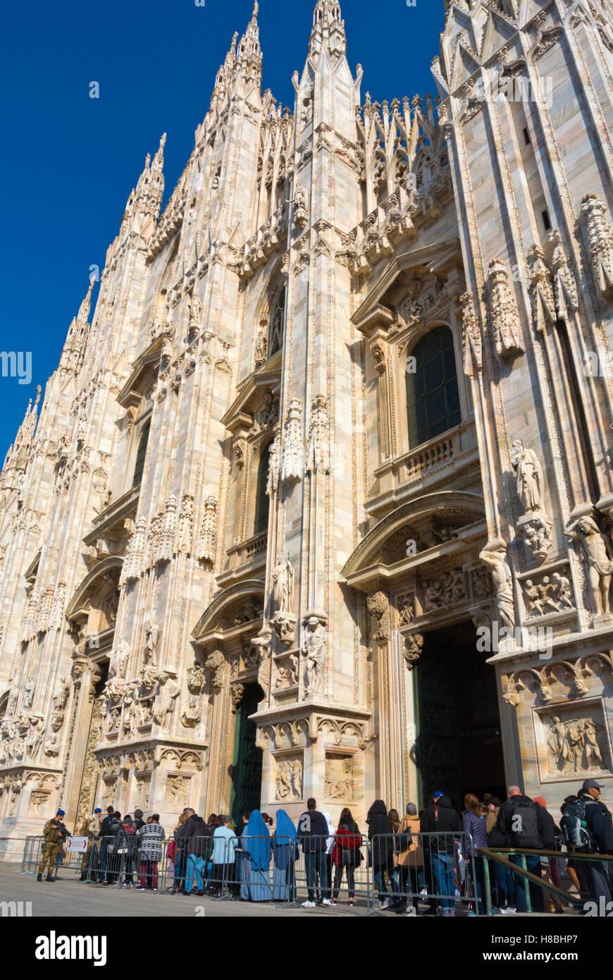 File d'attente pour le Duomo, la cathédrale, la Piazza del Duomo, Milan, Lombardie, Italie Photo Stock