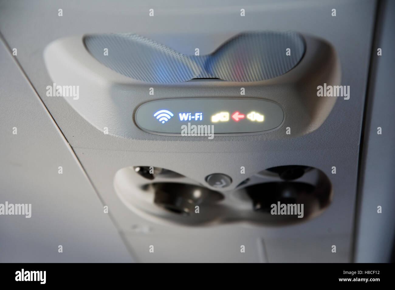 Une connexion Wi-Fi gratuite et des signes de la ceinture passager à bord d'un jet Photo Stock