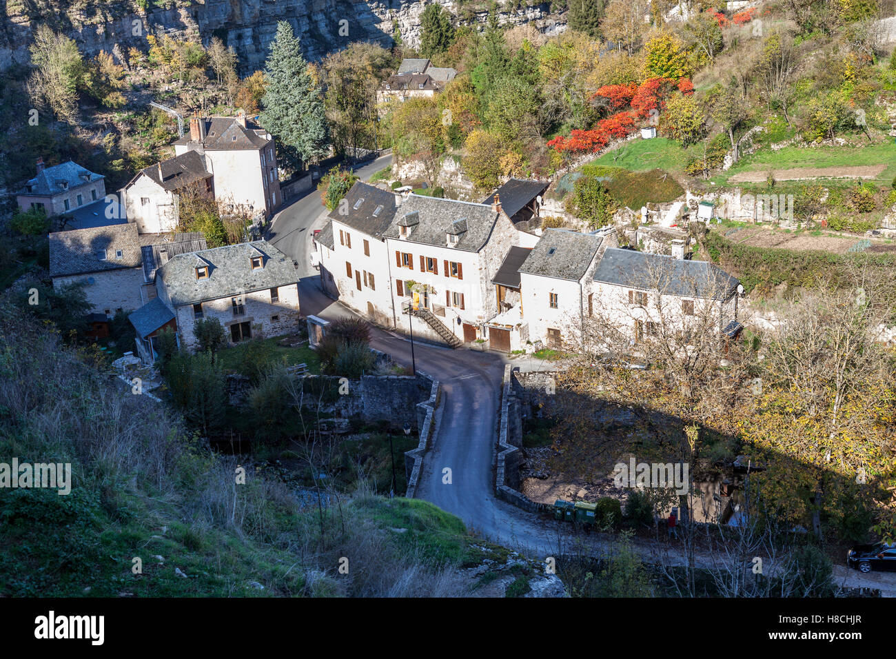 Le Trou de Bozouls en automne et une partie du village (France). Ce trou est une gorge en forme de fer à cheval Photo Stock