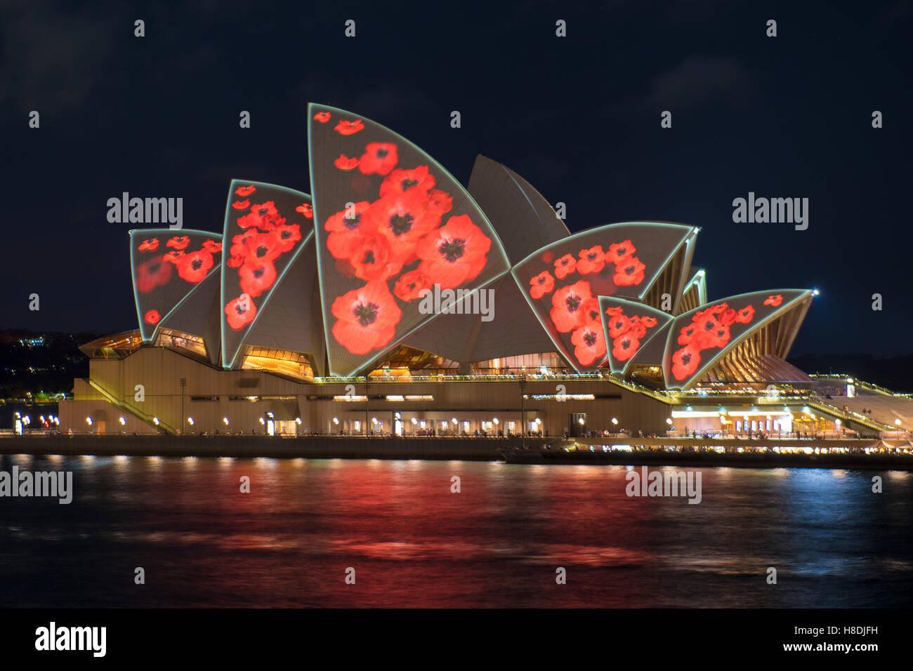 Sydney, Australie. Nov 11, 2016. Opéra de Sydney vu couvert de lumière projetée du coquelicot pour Photo Stock
