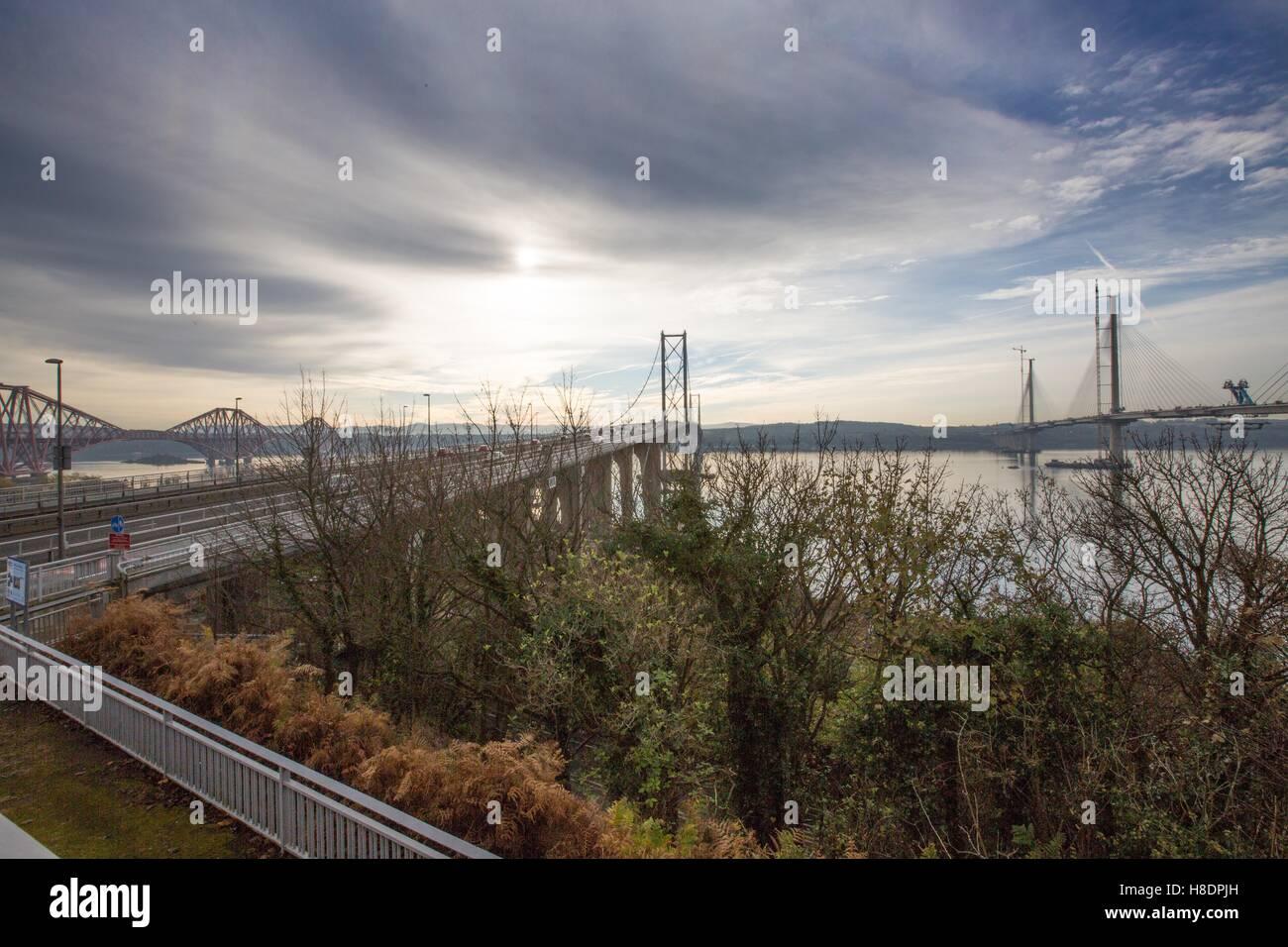 Queensferry, Edinburgh, Ecosse, 11 septembre, novembre, 2016. Forth Bridges. Pont de chemin de fer (L), pont-route (M) et le 2e pont-route (R) qui est en voie d'achèvement. Phil Hutchinson/Alamy Live News Banque D'Images