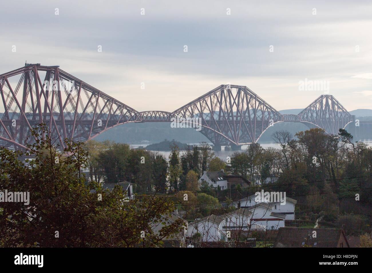 Queensferry, Edinburgh, Ecosse, 11 septembre, novembre, 2016. Le pont de chemin de fer, qui porte encore les deux passagers et fret. Photo est prise à la recherche du Nord vers le sud à partir de Queensferry. Phil Hutchinson/Alamy Live News Banque D'Images