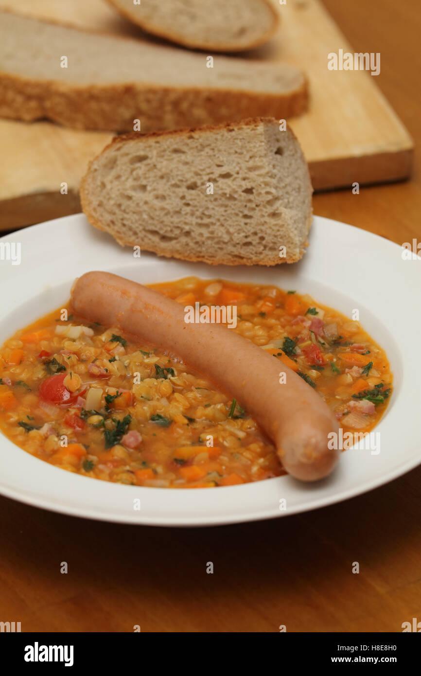 Ragoût de lentilles avec des saucisses Photo Stock