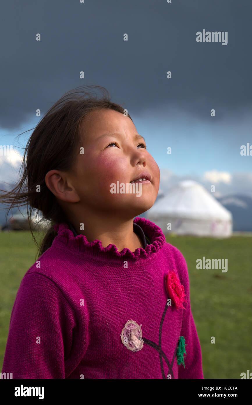 Kirghizistan - portrait d'une jeune fille près du lac Song Kol - Voyage d'habitants de l'Asie centrale Photo Stock