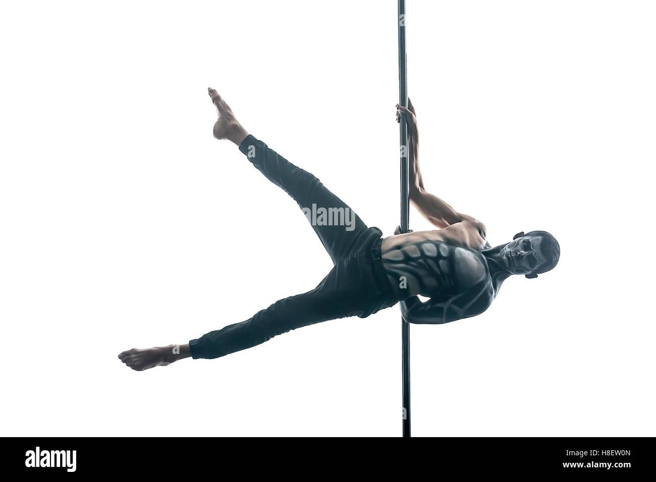 Homme pole dancer avec body-art sur pylône Photo Stock
