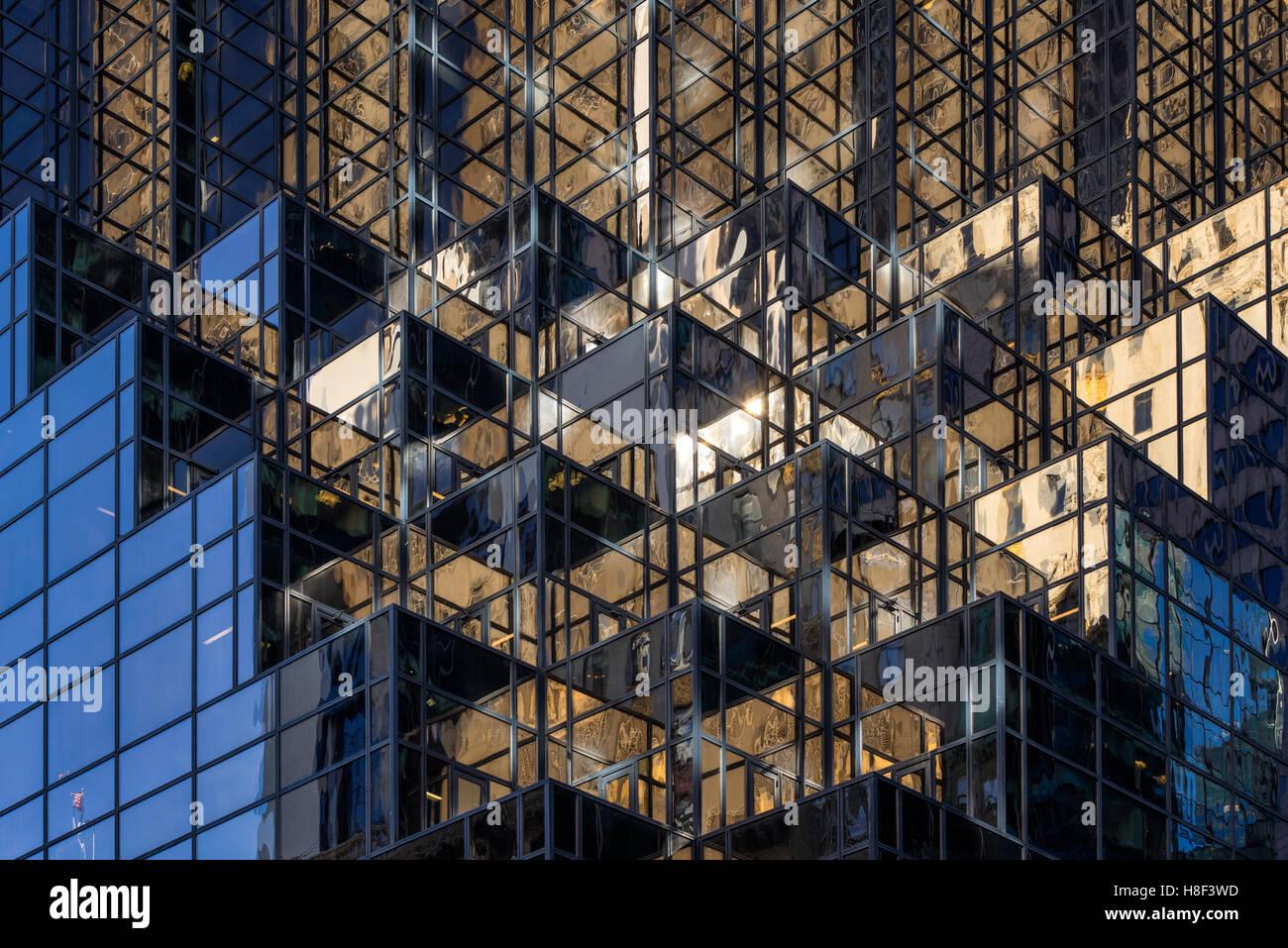 Détail architectural de la façade de Trump Tower avec les fenêtres de verre et d'une terrasse. Photo Stock