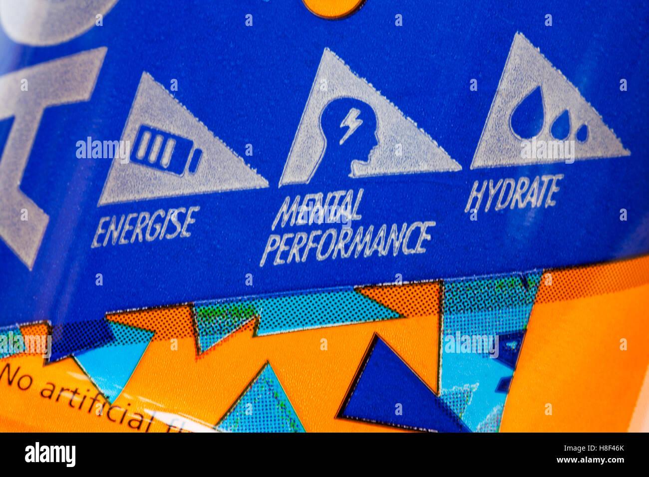 Dynamiser la performance mentale, hydrate, symboles sur une bouteille de boisson à l'orange isotonique Active Tesco Banque D'Images