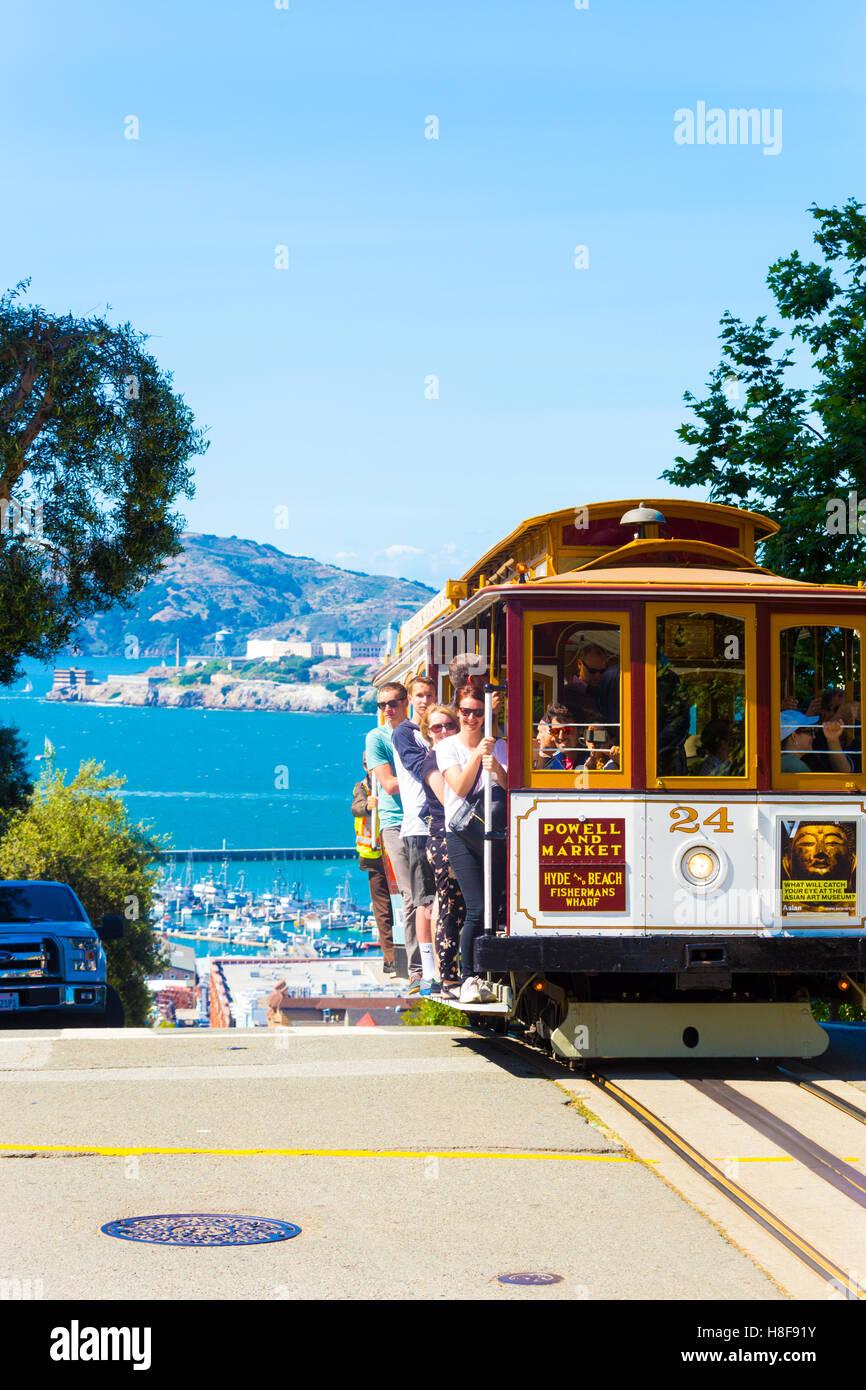 Cable car de touristes serrant les mains courantes à l'extérieur de l'ordre croissant des précipices Photo Stock