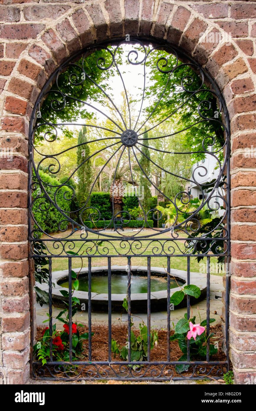 Porte de jardin en fer forgé dans le quartier historique de ...