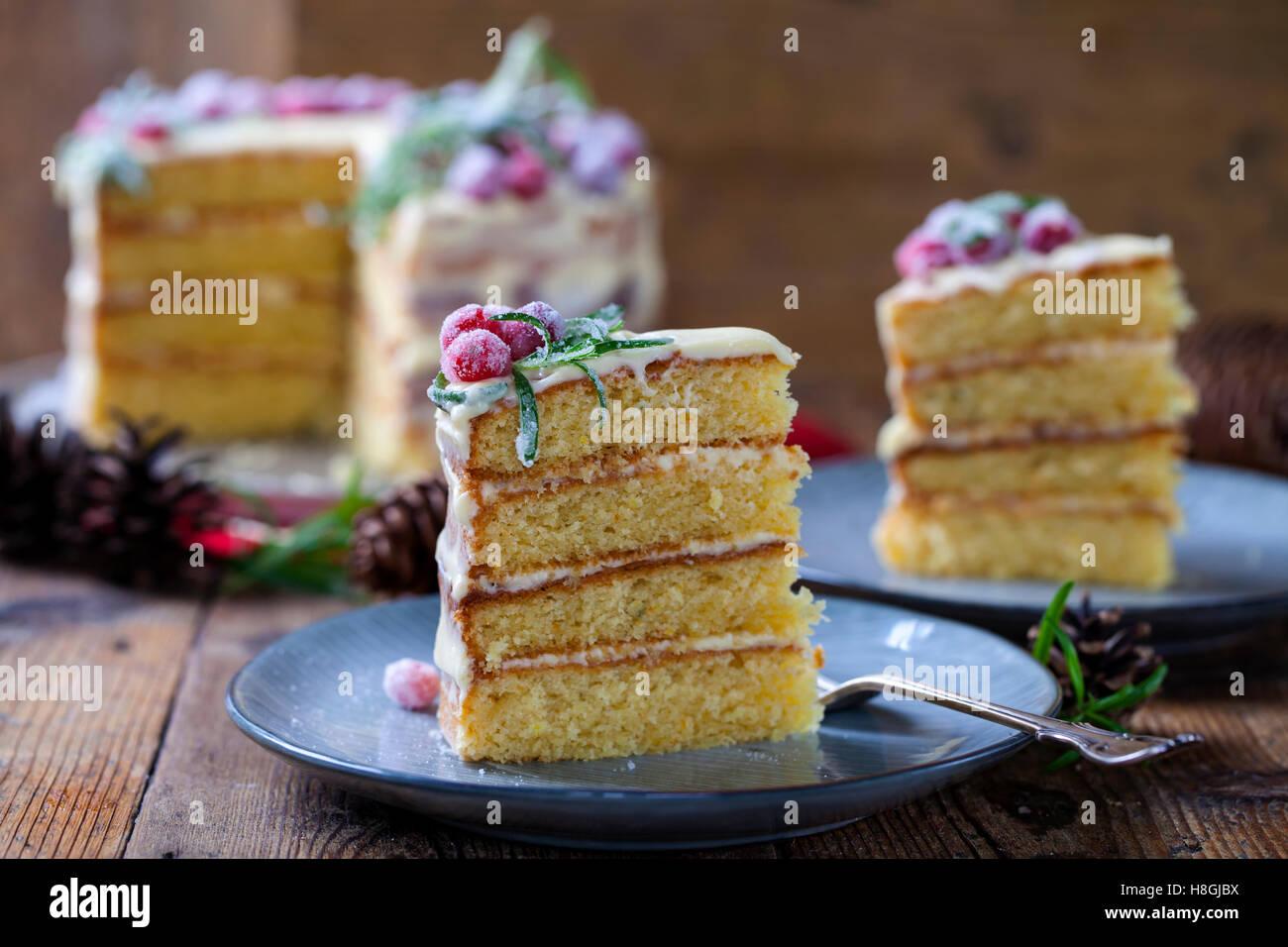 Gâteau de Noël en couches avec canneberges sucrées et romarin Photo Stock