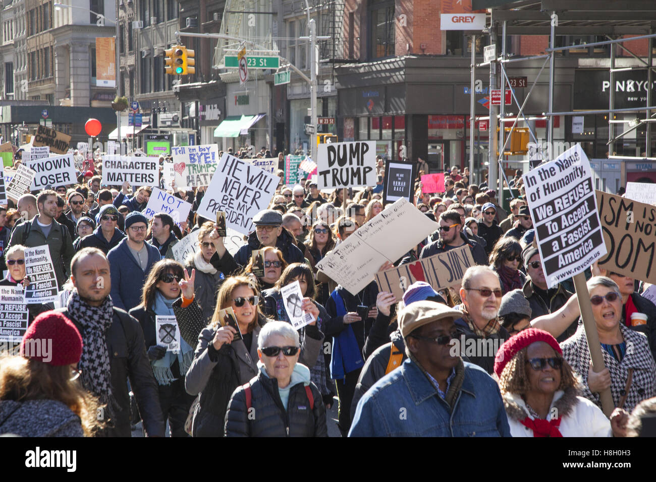 New York, USA. 12 novembre, 2016. Des milliers de New-Yorkais ont marché de Union Square up 5e Avenue pour Photo Stock