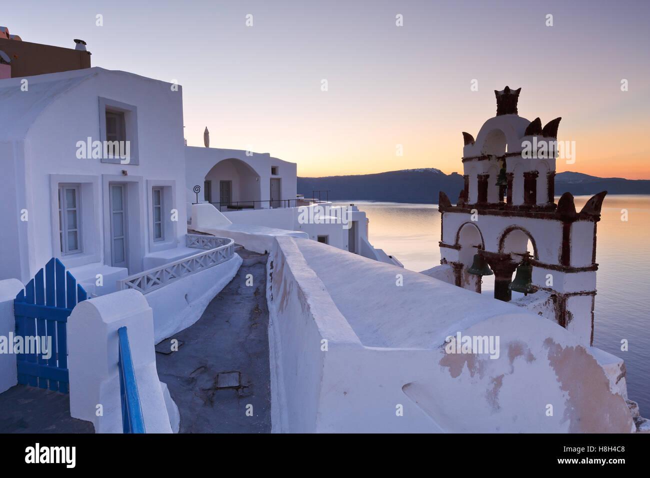Vue sur le village d''Oia sur l'île de Santorin en Grèce. Banque D'Images