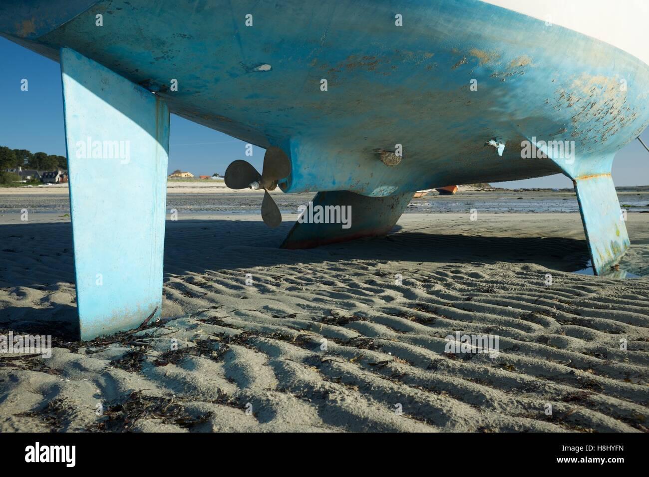 Coque de bateau à marée basse, Ile Grande, France Photo Stock