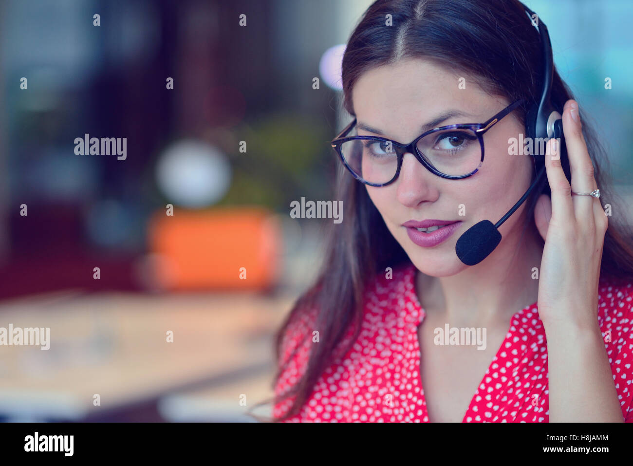 Jeune femme travaillant dans un centre d'appel Photo Stock