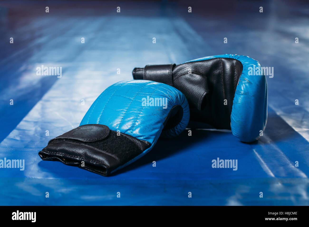 Des gants de boxe sur le plancher de l'anneau. Photo Stock