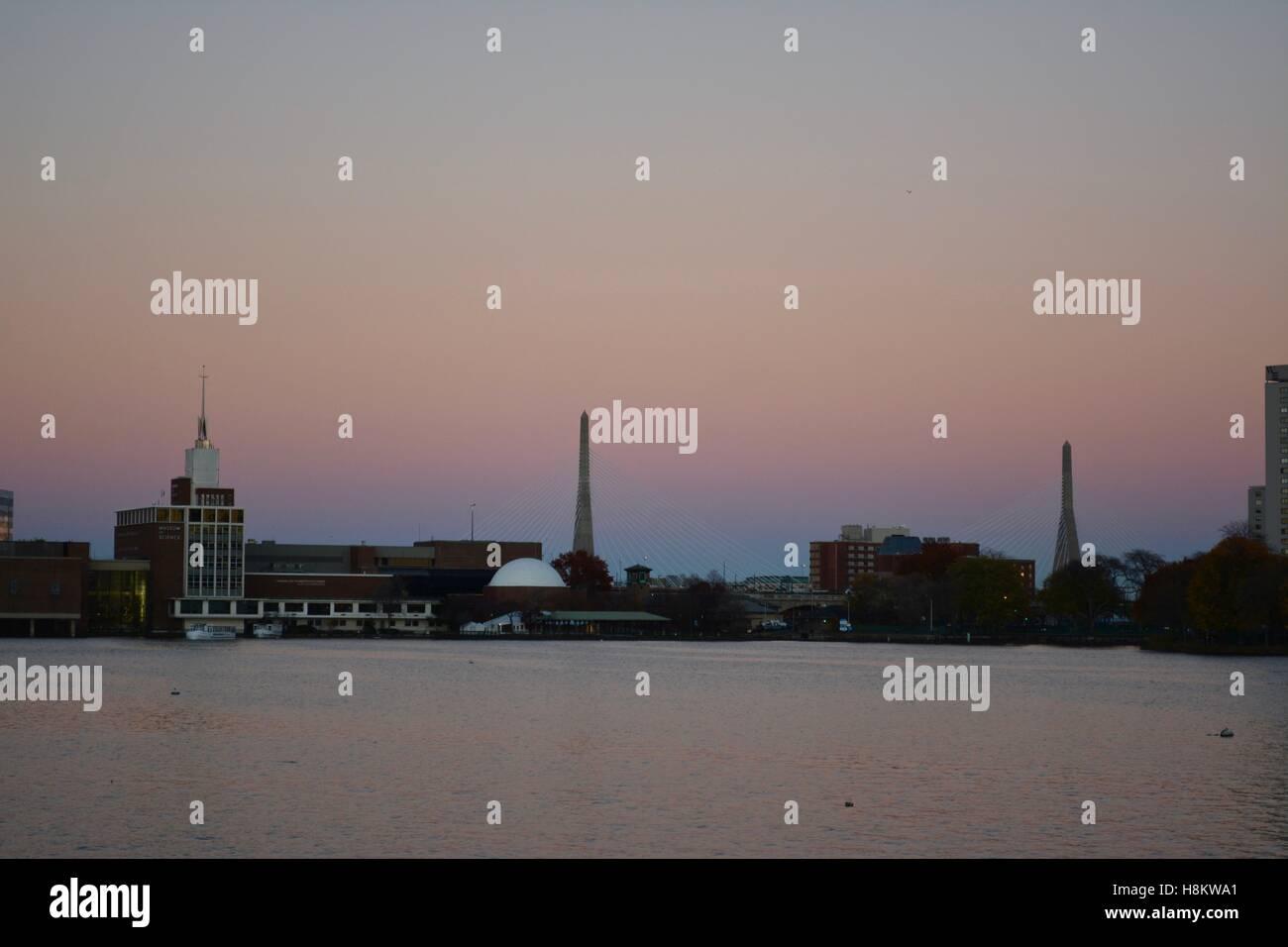 Une longue exposition de la Zakim Bunker Hill Memorial Bridge entre le centre-ville de Boston et Charlestown Massachusetts au coucher du soleil. Banque D'Images