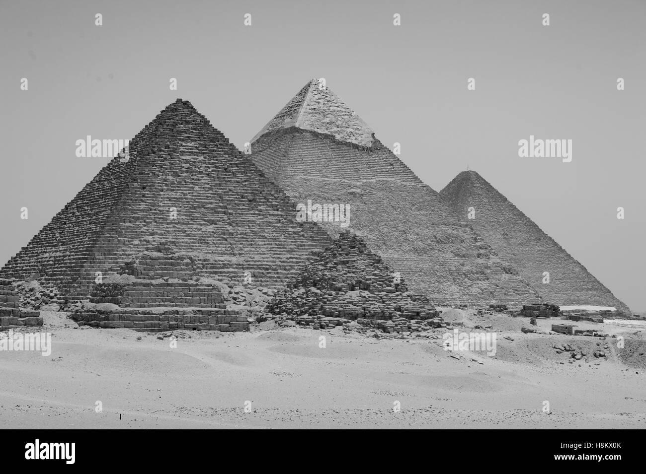Le Caire, Egypte vaste désert du Sahara avec les trois grandes pyramides de Gizeh contre un ciel sans nuages. Photo Stock