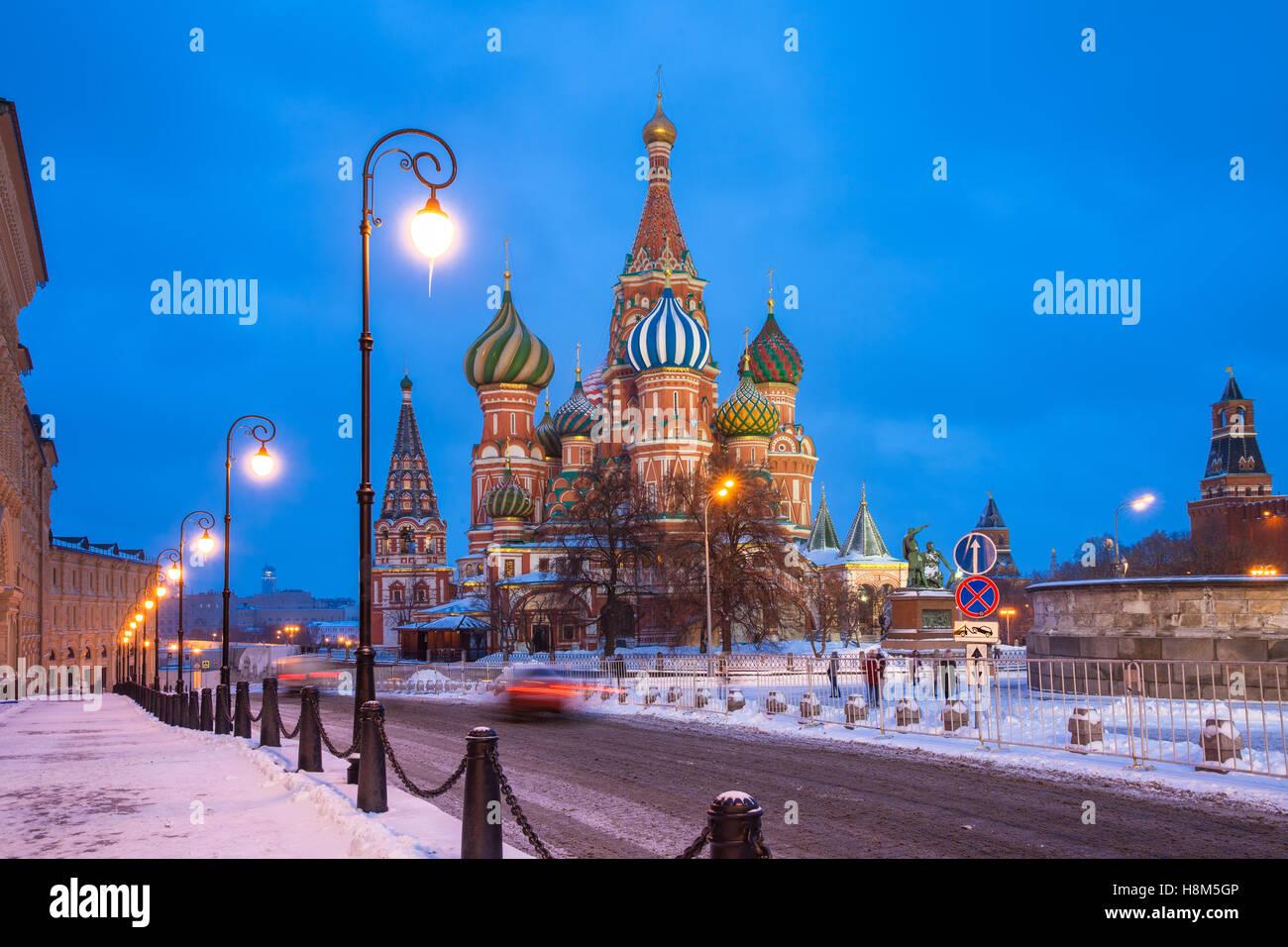 La tombée de la vue sur la cathédrale de basilics en hiver, place Rouge, Moscou, Russie Photo Stock