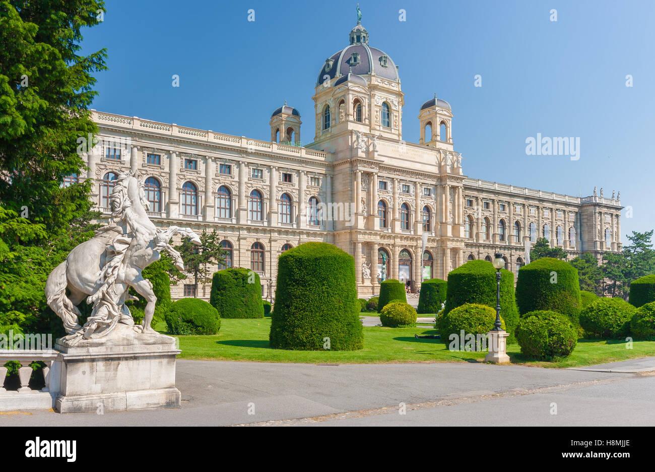 La vue classique du célèbre Naturhistorisches Museum (Musée d'Histoire Naturelle) avec parc et Photo Stock