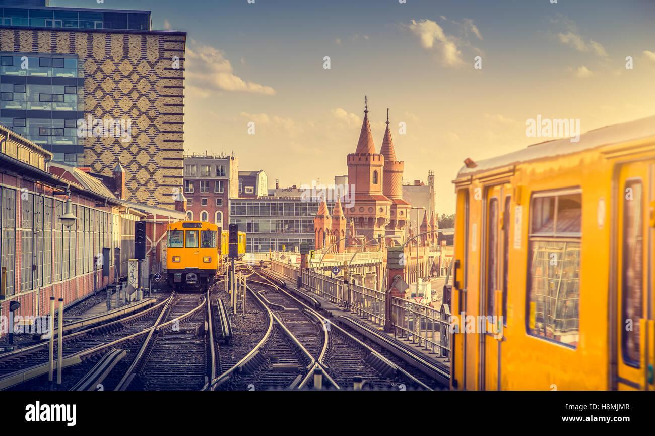 L'affichage classique de la ville historique de Berliner U-Bahn avec célèbre Oberbaum Bridge au coucher du soleil, Banque D'Images