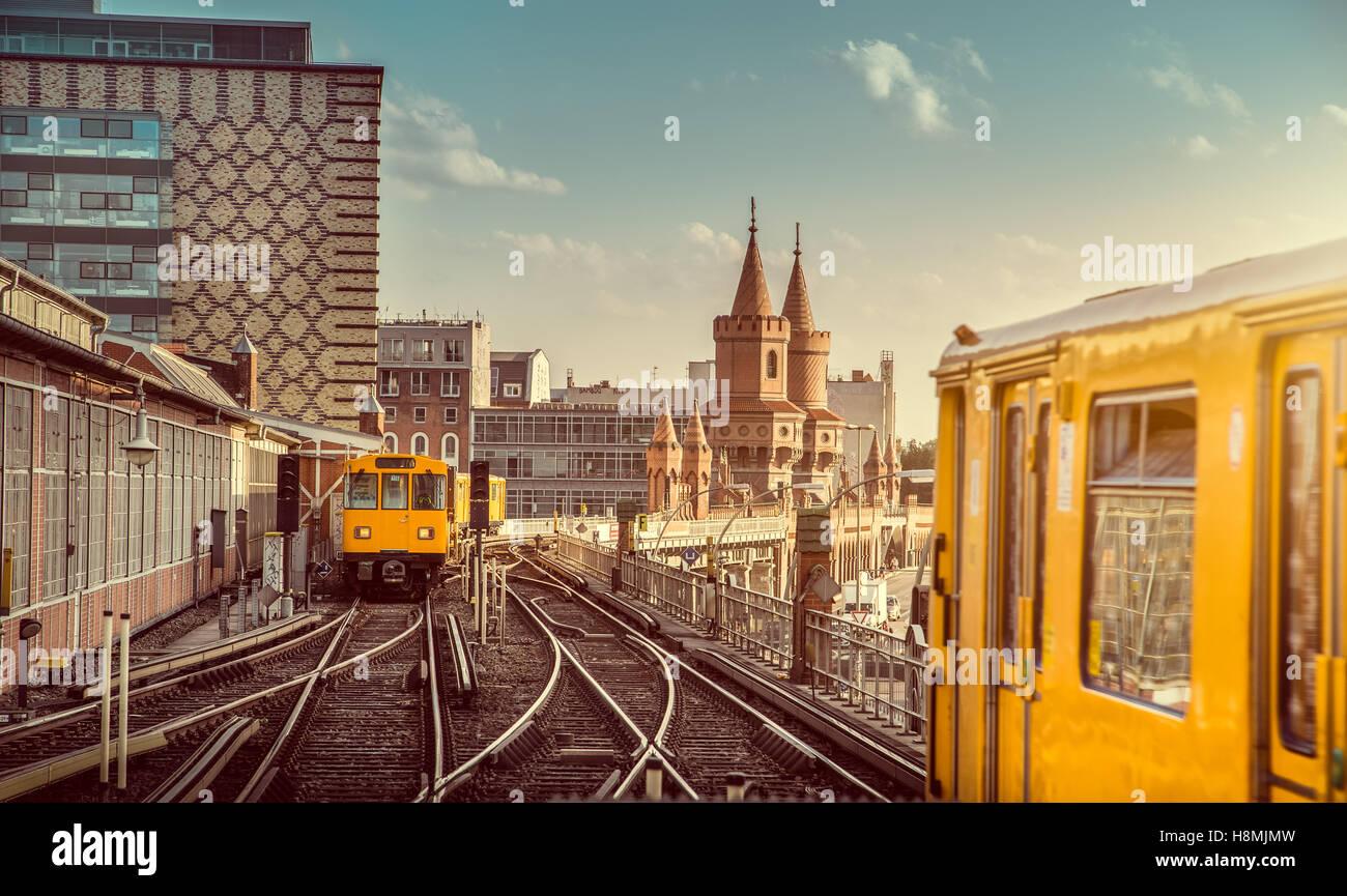 L'affichage classique de la ville historique de Berliner U-Bahn avec célèbre Oberbaum Bridge au coucher Photo Stock