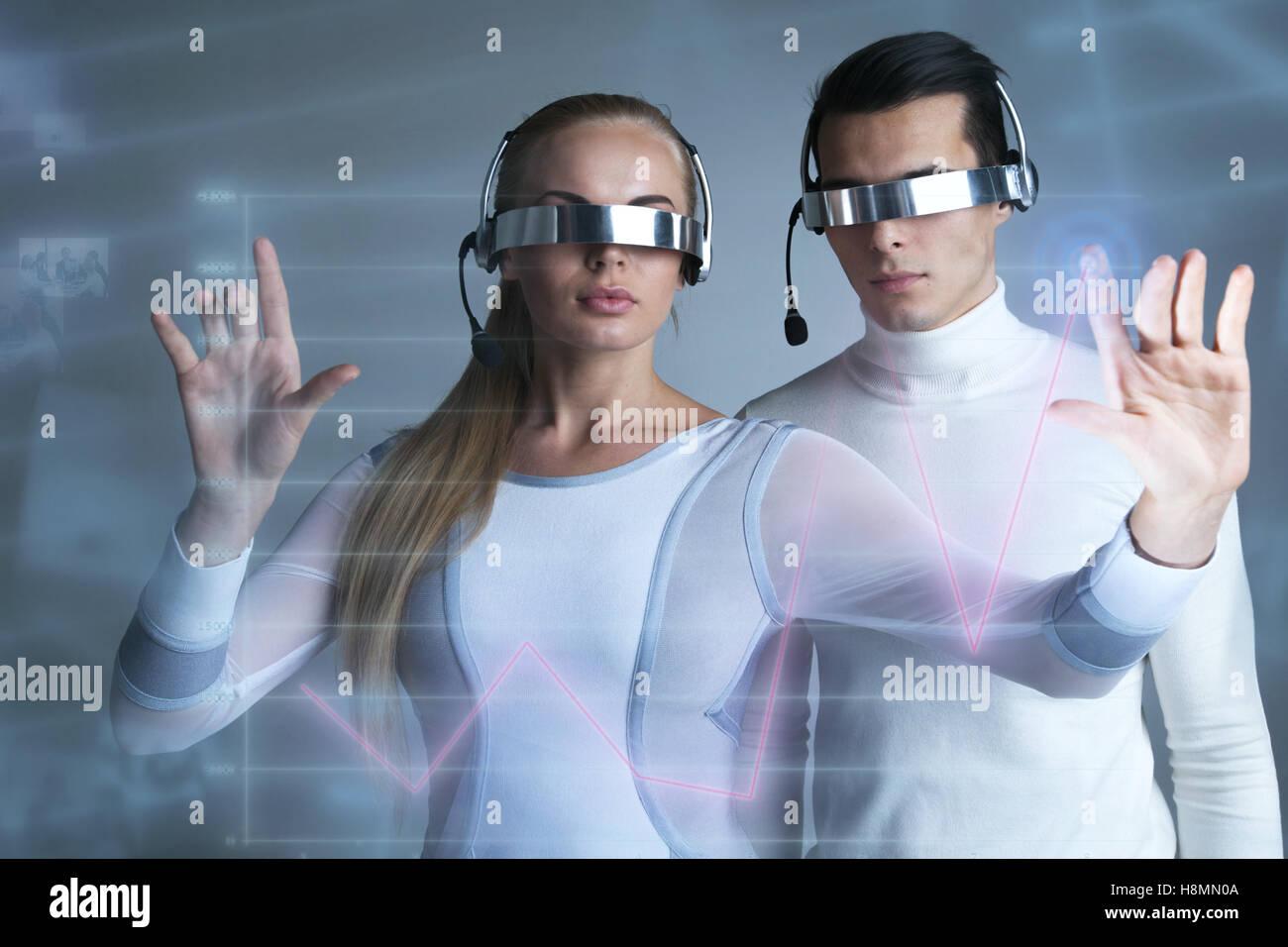 Les gens à lunettes vr touchant un graphique indiquant la croissance sur l'écran virtuel, Photo Stock