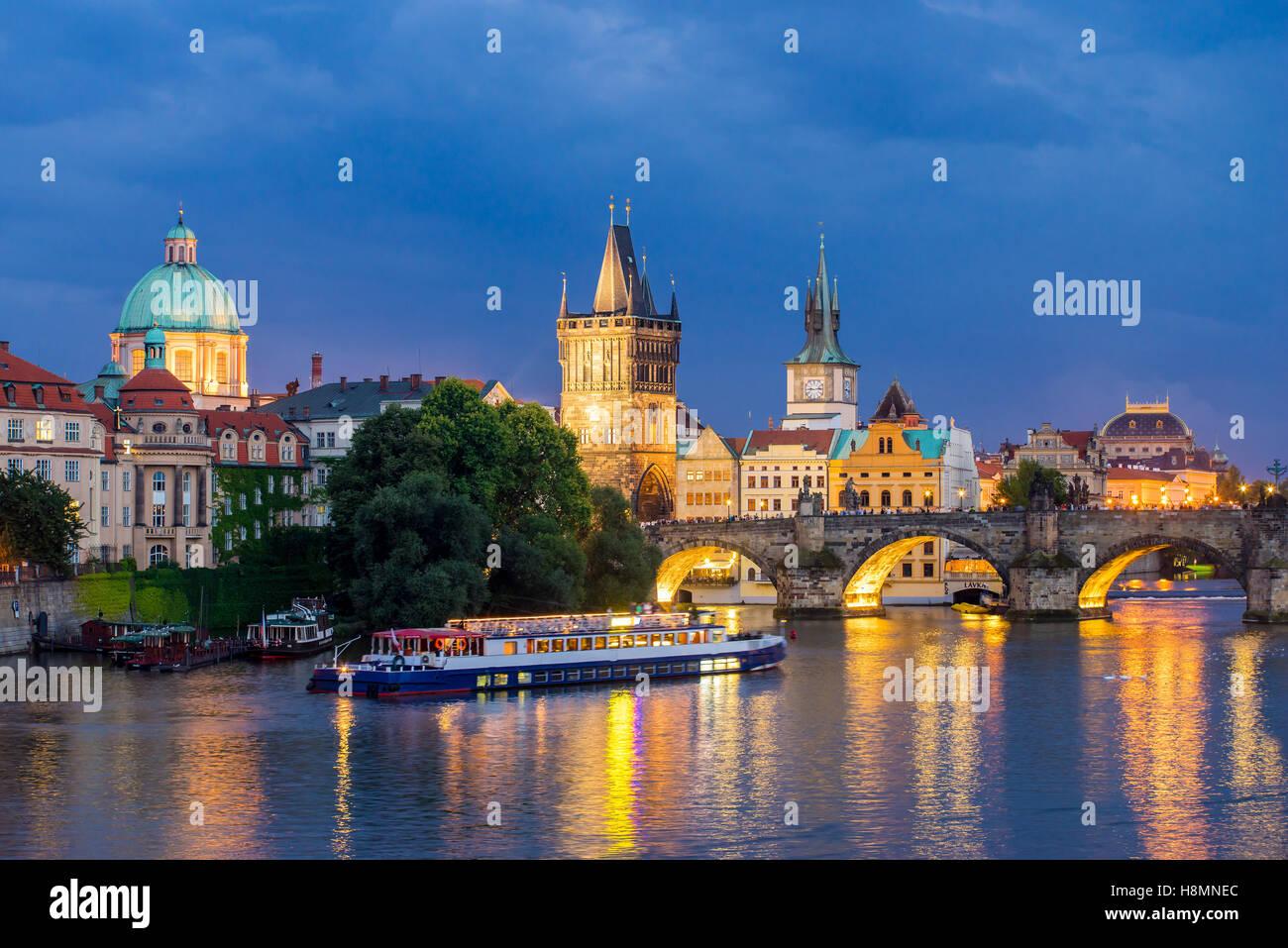 Vue de la rivière Vltava et le Pont Charles à la tombée de la Prague République Tchèque Photo Stock