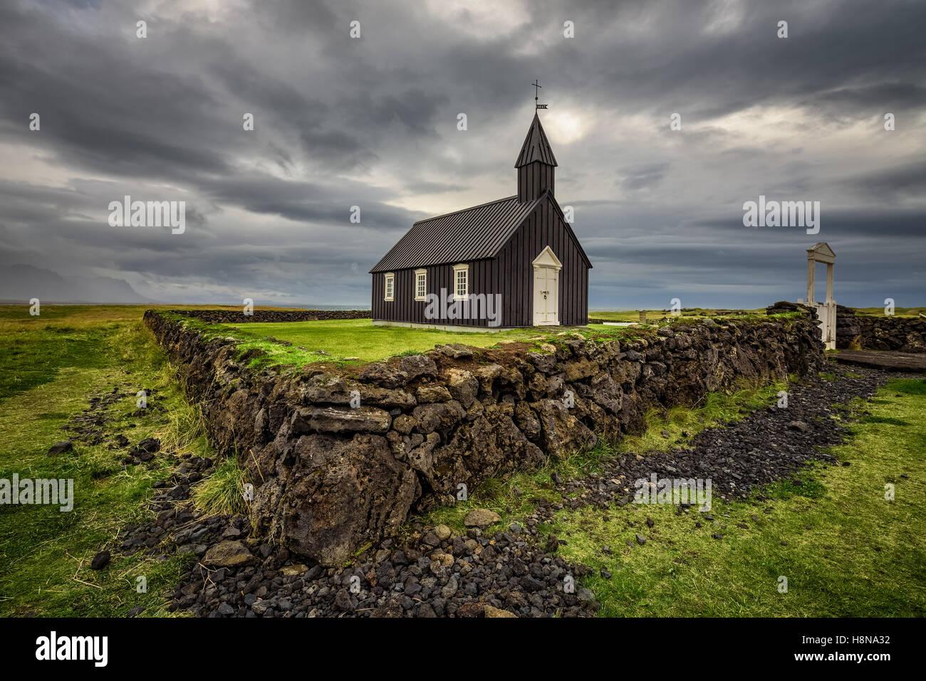 Église en bois noir de Budir en Islande. Traitement HDR. Photo Stock