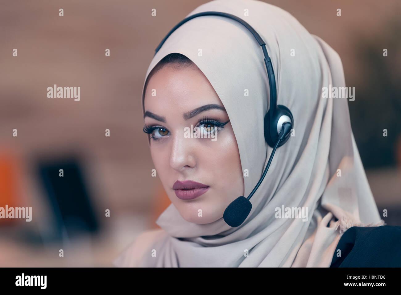 Belle femme arabe par l opérateur de travailler en bureau de