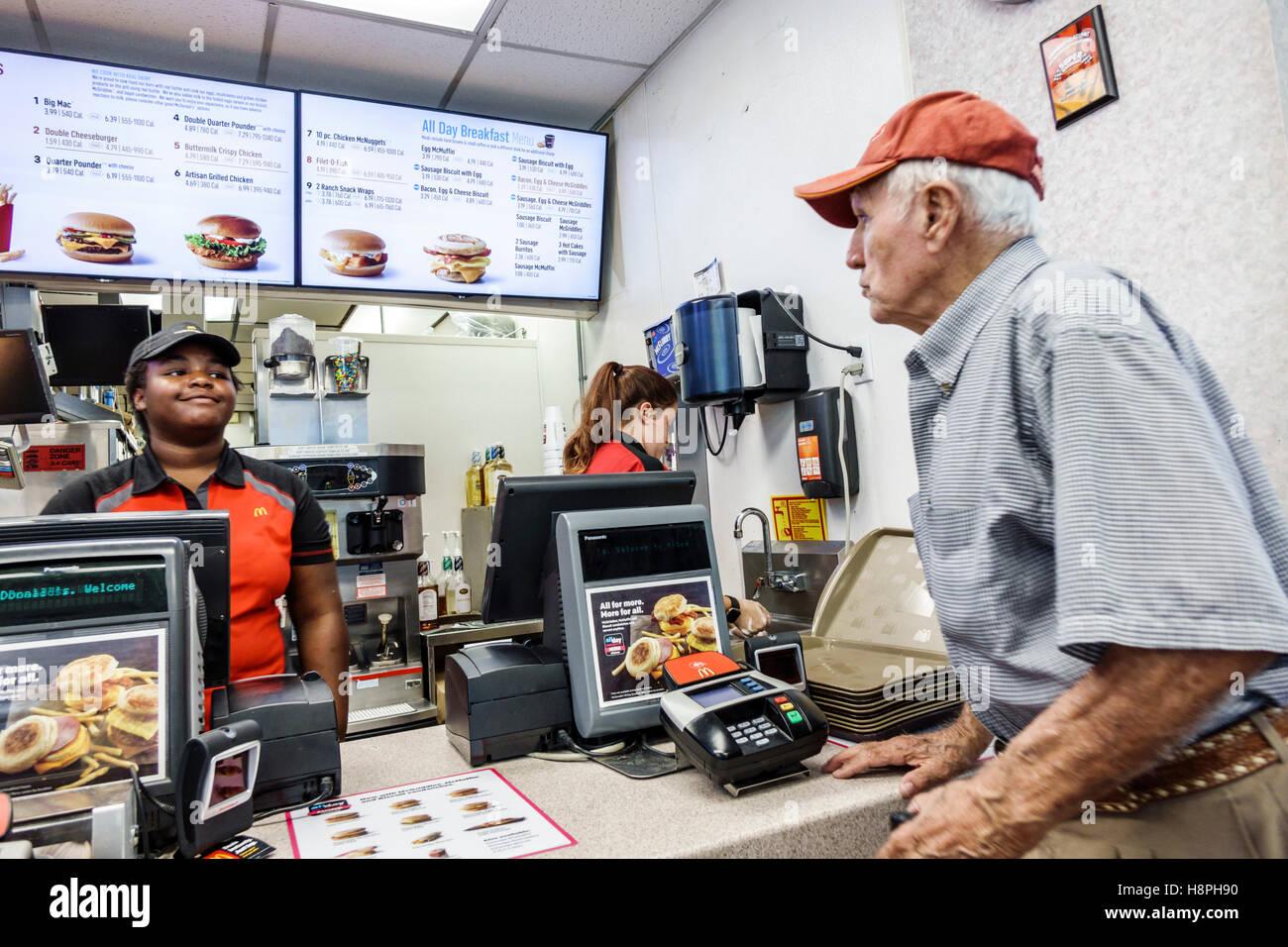 Vero Beach Florida restaurant McDonald's restauration rapide comptoir intérieur caisse Black teen girl employé senior Banque D'Images