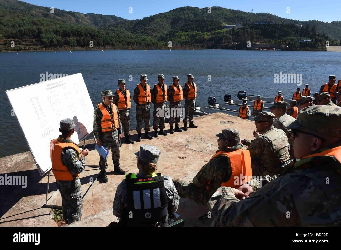 Kunming, province chinoise du Yunnan. 16 Nov, 2016. Du personnel militaire de la Chine et les Etats-Unis discutent Photo Stock